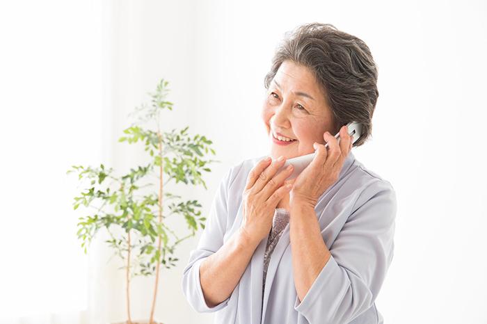 電話をかける老婦人