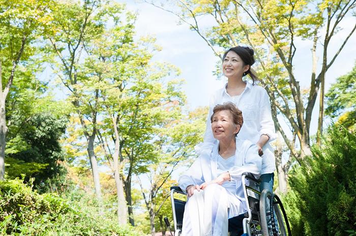 車椅子の老婦人とそれを押す女性
