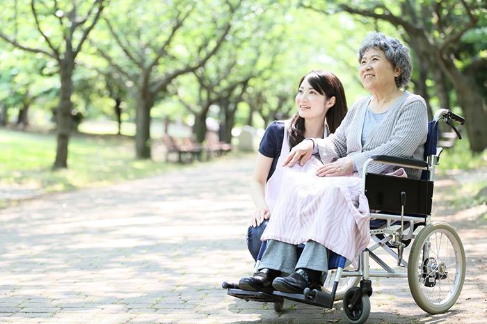 車椅子の老婦人と介助の女性